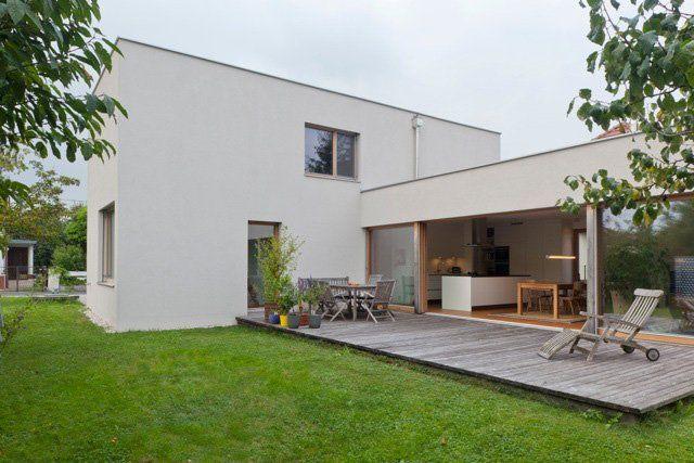 Maison contemporaine avec toit terrasse et grande terrasse en teck