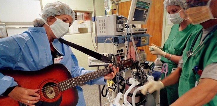 Bisturi e chitarra la musica come cura all'interno degli ospedali