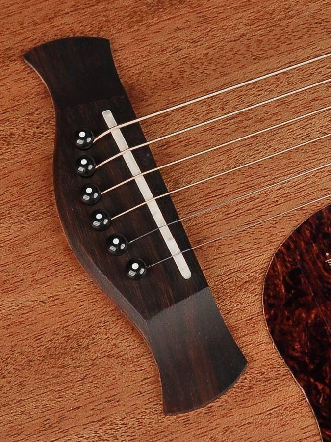 Bellissima chitarra dal suono poderoso e ricco di armonici, completamente costruita a mano dai liutai di casa Richwood per dare un sound perfetto e una suona...
