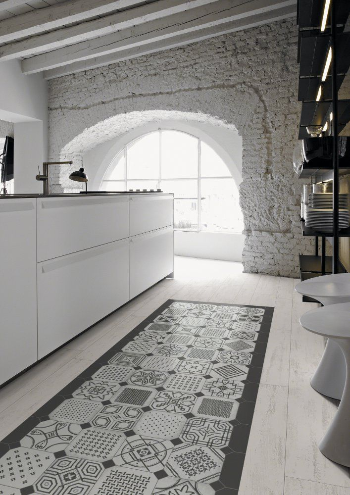 #reforma #cocina (presupuestON.com) moderna en vivienda rehabilitada con isla central, baldosas hidráulicas, paredes de ladrillo y techos con vigas de madera vistas pintados de blanco.