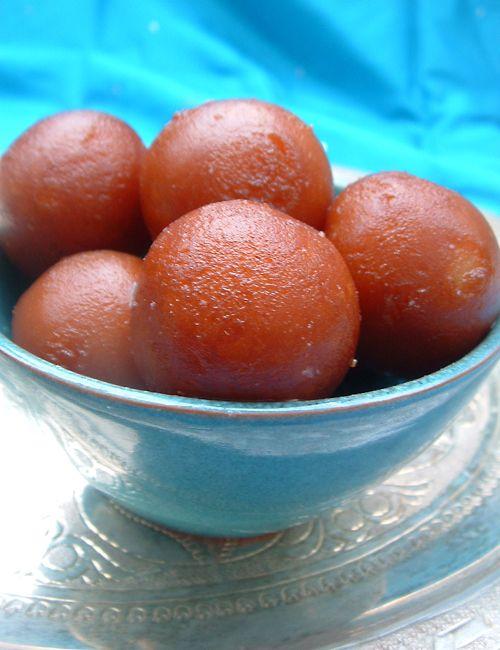 Bonjour et bienvenue dans ma cuisine. Aujourd'hui on va faire des « Gulab Jamun », un dessert indien qu'on mange en toute occasion. Normalement les Gulab jamun se préparent avec du « Khoya », mais comme on n'en trouve pas en France, on va faire une préparation...                                                                                                                                                     Plus