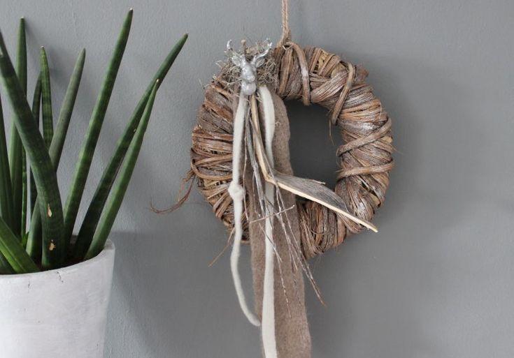 TK28 – Tür oder Wandkranz, dekoriert mit Filzbänder, natürlichen Materialien und einem kleinen Hirschkopf ! Preis 34,90€ Durchmesser 30cm