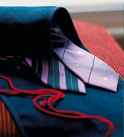 Même si elle est aujourd'hui moins à la mode qu'elle ne l'a été, la cravate reste un fondamental du vestiaire masculin. Et si son port reste de mise pour certaines professions banquiers, avocats, etc… nombreux sont les élégants qui la portent par choix et par plaisir. Car aussi luxueuse soit une tenue casual, aucune ne peut prétendre à l'élégance d'un ensemble costume-cravate réussi.