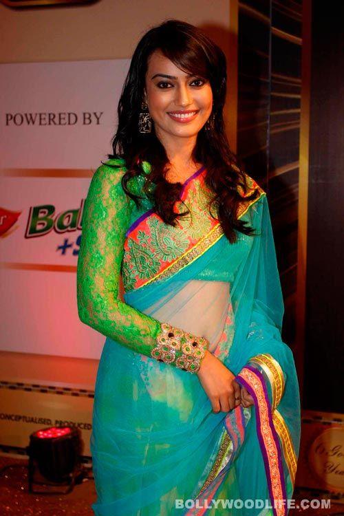 Surbhi-Jyoti-of-Zee-TV's-Qubool-Hai-walks-the-Gold-Carpet-at-the-6th-Boroplus-Gold-Awards-230713