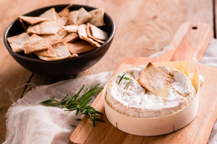 Wist je dat je van camembert heel makkelijk een mini fondue kunt maken? Lekker om in te dippen!