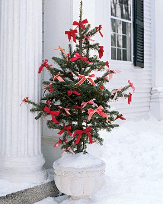 kerstboom met rode strikken als versiering. Door Ietje