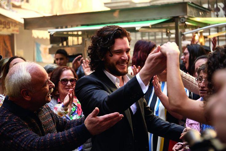 Танцы и праздничная атмосфера в Неаполе с Китом Харингтоном! Стань частью мира, в котором каждый — единственный!