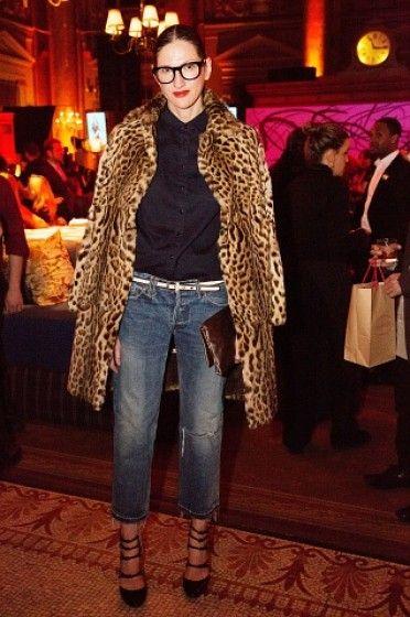 Abrigo de leopardo, camisa negra, jeans clásico y unos hermosos zapatos negros, clásico y elegante.