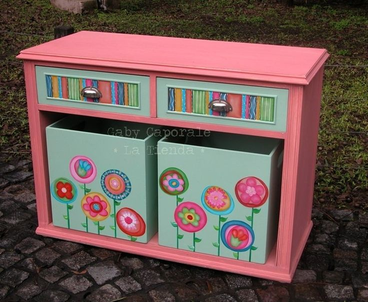 Cómoda reciclada con flores pintada a mano