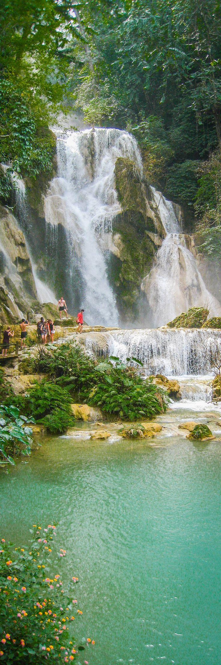 Kuang Si Se cae a Luang Prabang: La Cascada más hermosa Usted Alguna vez ha Visto Baños profundamente azules de agua en Caídas de Kuang Si. Perfecto para natación