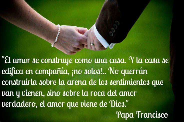 """Dice el #PapaFrancisco que """"Hoy en día muchas personas tienen miedo de tomar decisiones definitivas, para toda la vida, porque parece imposible..."""" pero que el amor es una realidad que crece, que hay que construir de la mano de Dios (casados)."""