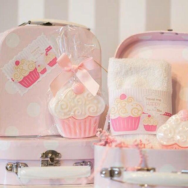 Σαπουνάκι μπομπονιέρα cupcake με βαλιτσάκι & πετσετάκι χεριών.