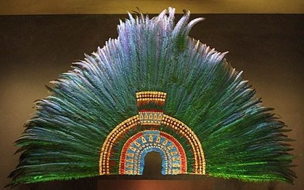 El Penacho de Moctezuma, hermoso tocado que el emperador azteca regaló al conquistador español, Hernán Cortés, a su llegada a América, se encuentra bajo resguardo del Museo de Etnología de Viena.