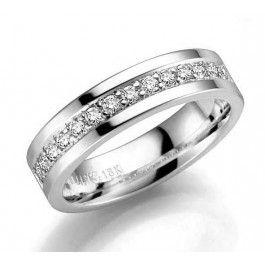 Exklusiv+förlovningsring/vigselring+i+18k+vitguld+från+Schalins+i+serien+Norrsken.+Med+14st+diamanter+på+0,28ct,+kvalitet+Wesselton/SI.+Bredd+5mm,+höjd+1,9mm.