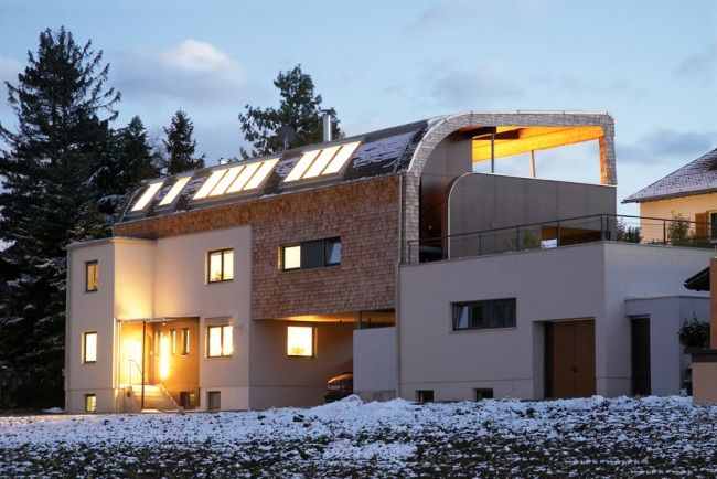 Holzschindeln als harzerischer Blickfang a la Harzresort, in Kontrast zu modern weißem Haus mit dunkelgrauen Fenstern