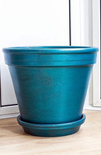 Regular terra cotta pot painted with metallic blue paint in a crackle finish, via AmbienceChaser.com