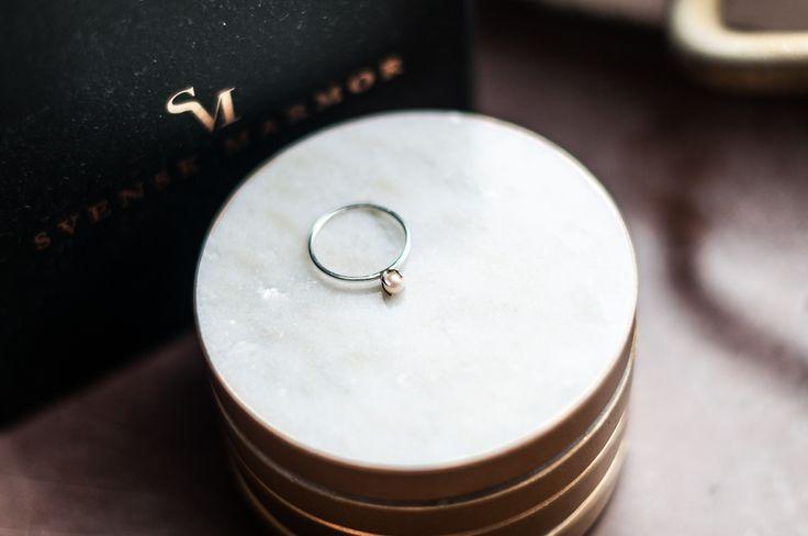 En ring från Drakenberg Sjölin. En tunn ring med pärla. Så vacker! Den ger mig power och en påminnelse om vad jag åstadkommit. På bloggen hittar du mer info. www.fridagsvensson.se