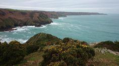 Die Kanalinseln liegen im südwestlichen Teil des Ärmelkanals. Jersey, Guernsey, Sark, Herm und Alderney sind die bekannten Inseln der Kanalinseln. Mehr dazu im Länder und Leute Blog.