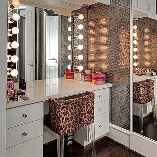 Penteadeira com espelho e espaço para maquiagem!