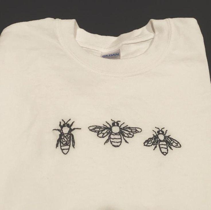 Маленькие вышитые картинки на футболке