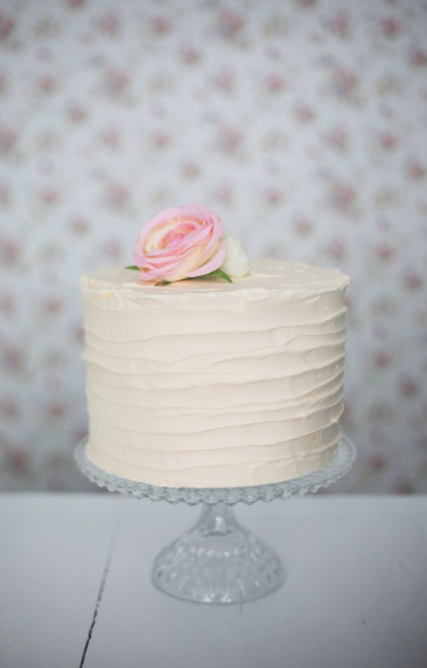 torta con rose, adorable cream colored cake with a pink rose!