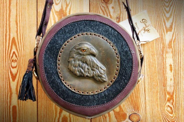 Linea Giauli:Borsa in pelle Aquila rossa tonda|DolomitiHeart.it #Dolomiti #Dolomites #Dolomiten #Arte #Artigianato #Shoponline #Libriantichi #Quadriantichi #Gioielliinlegno #Sculturainlegno #madeinitaly #fashion #moda #cuoio #leather