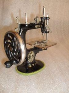 Pequeña máquina de coser marca Singer