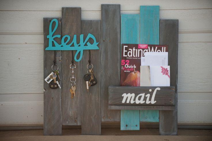 Manten su correo organizado y claves organizadas con este colgante organizador de correo y clave. Se trata de un organizador de madera clave/mail que fue construido con madera recuperada. Turquesa y gris características manchan en madera reciclada, apenada y tiene tres ganchos colgantes para llaves y una caja para el correo.  Dimensiones para la clave y el correo organizador cuenta con una longitud de 24 pulgadas, altura de 23 3/4 pulgadas y 4 1/4 pulgadas de ancho/profundidad.  ¿Amarla…