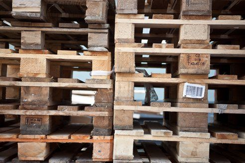 Be Careful Where You Get Your Pallets : TreeHugger - if you're set on doing any of the pallet recycle/upcycle DIY projects that are currently sweeping the nation, please be sure to take a few seconds and read this quick article on making sure the wood you're using is safe.  Just a few paragraphs with some very good points.