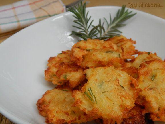 Le frittelle croccanti di patate sono un antipasto o un secondo piatto buonissimo e semplice da preparare, direttamente dal sito di giallo zafferano.