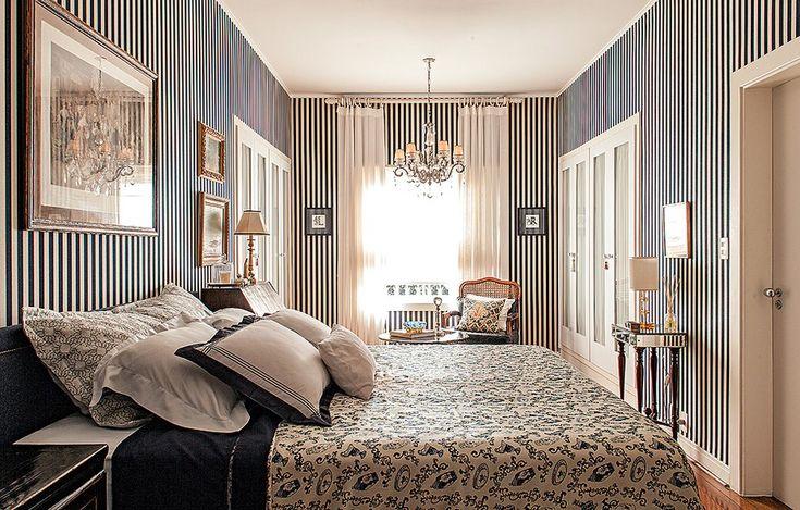 Ao projetar a decoração de seu quarto, o arquiteto gaúcho Rogério Ribas respeitou a linguagem da casa, um sobrado dos anos 1940, em São Paulo. utilizado apenas para dormir – nada de ver TV –, o espaço de 27 m² teve as paredes revestidas de lona listrada