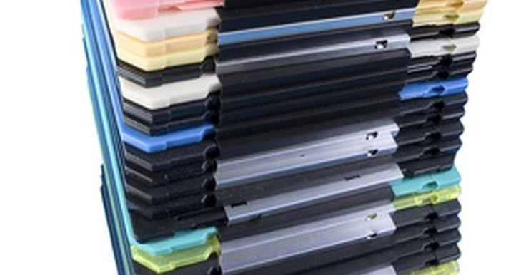 """Tipos de formatos de disco. Cuando se trata de computadoras, el término """"disco"""" se refiere a cualquier dispositivo de almacenamiento de datos a largo plazo. El nombre proviene de la unidad de disco duro básica, donde se utiliza una bandeja con forma de disco con la capa de reactivo magnética para almacenar los datos como unos y ceros. Ha habido un grupo de nuevos formatos ..."""