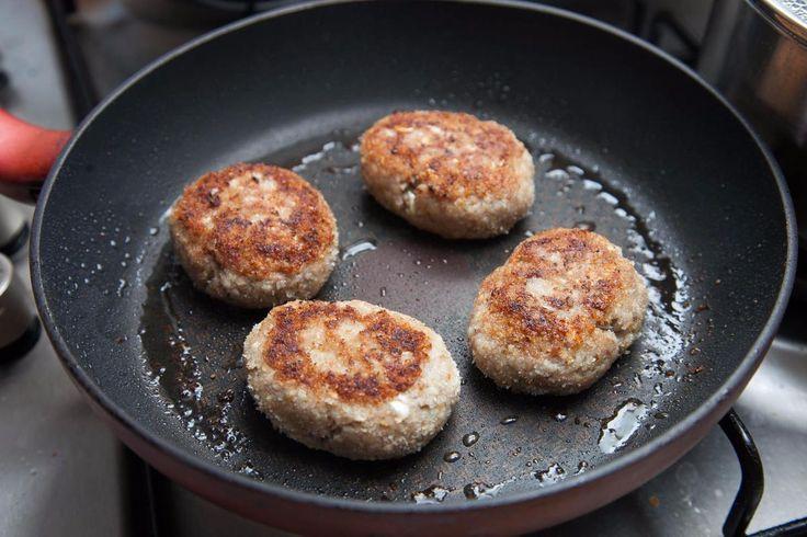 Сочные котлеты с салатом из свежих овощей - пошаговый рецепт с фото - как приготовить - ингредиенты, состав, время приготовления - Дети Mail.Ru