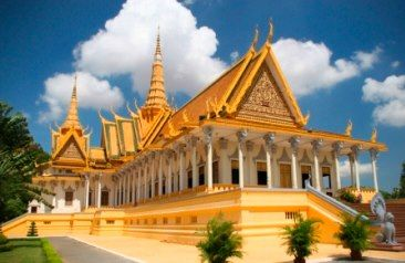 Walk amongst the vivacious streets of bustling Bangkok and float along the Chao Phraya River on a lovely longtail boat to discover the sparkling Grand Palace, explore enticing Chinatown and wander down Sampeng Lane,