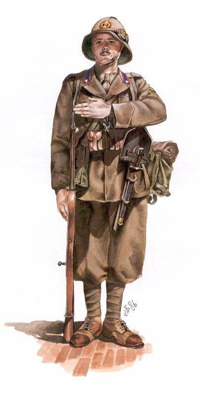 Soldato italiano, armato del fucile Carcano, con divisa Africana e equipaggiamento standart.