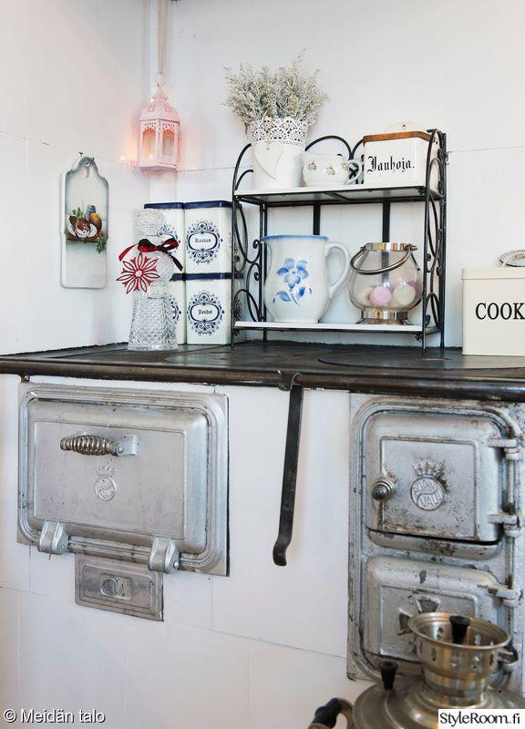 keittiö,keittiön sisustus,vanhat purkit,hella,vanha hella