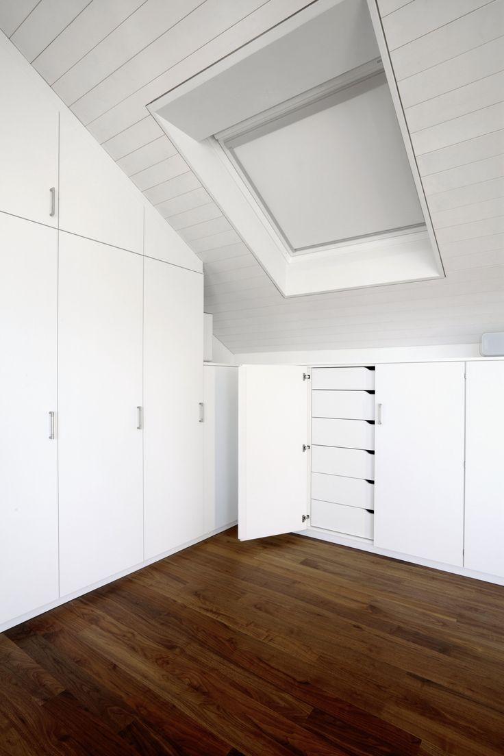 Elegant Schrank in Dachschr ge mit anschliessendem Highboard mit Innenschubladen