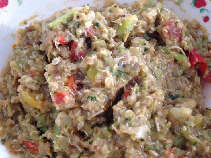 Zoete quinoa met kip en gemengde groentes.  Vanaf 12 maanden voor 1 royale portie.10-20 gr quinoa, 100 gr gemengde groentes, 20 gr kipfilet, 4 gedroogde abrikozen, 4 gedroogde pruimen, 0,5 appel, water, en een snufje kaneel. Bak de kip gaar. Snijd het fruit in stukjes en doe deze samen met de kaneel bij de kip in de pan. Afblussen met water. Kook de quinoa samen net de groentes in 8-10 minuten gaar. Pureer de kip met het aanhangend vocht. Giet de quinoa af en meng deze door de kip.