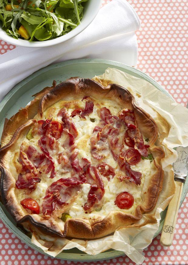 Tærte er en skøn og nem hverdagsklassiker. Fyld den med lækre grønne asparges, cherrytomater og bacon.
