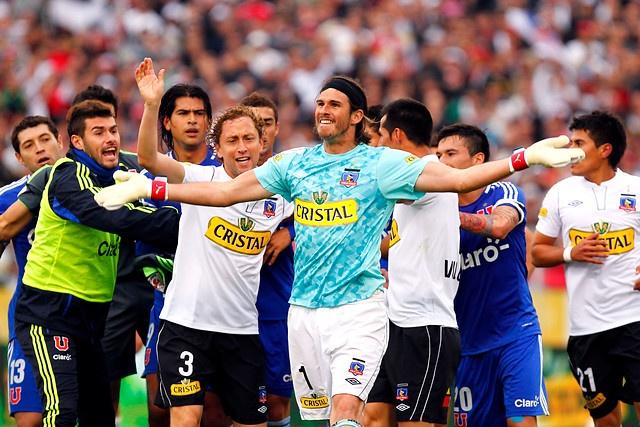 21 de Octubre de 2012, SANTIAGO. El arquero de Colo Colo, Francisco Prieto, increpa a la hinchada de Universidad de Chile al finalizar el partido entre ambos equipos, jugado en el Estadio Monumental. FOTO: JAVIER VALDES LARRONDO /AGENCIAUNO