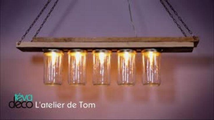 Cette semaine, Tom nous apprend à réaliser une suspension lumineuse en récupérant une applique murale et des bocaux en verre. Pour cet atelier, il faut un système lumineux de salle de bains, des planches de bois, des bocaux de confiture, un système électrique, de la peinture une chaînette, des ampoules à filament, une scie sauteuse, une scie cloche et une visseuse. Retrouvez Téva déco sur Téva.