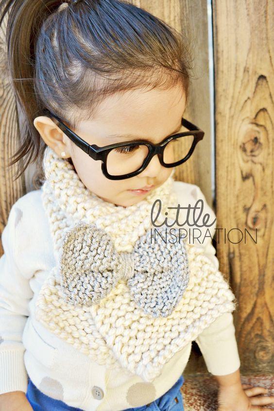 Come fare una sciarpa per bimba a maglia , con fiocco, originale, facile e bella.