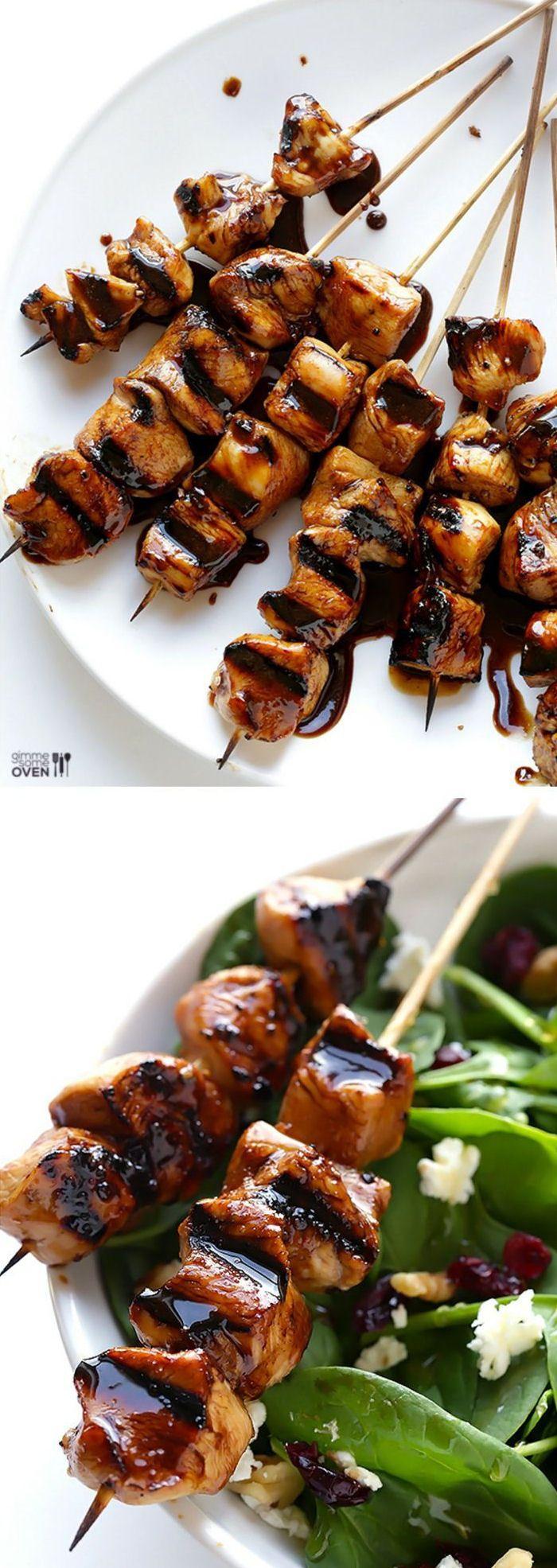TESTE ET APPROUVE     faire mariner du poulet avec du vinaigre balsamique, du sel et du poivre. Faire cuire le poulet. Dans un autre récipient faire bouillir la marinade pour la faire réduire avec un peu de sucre. Couvrir le poulet cuit avec la réduction