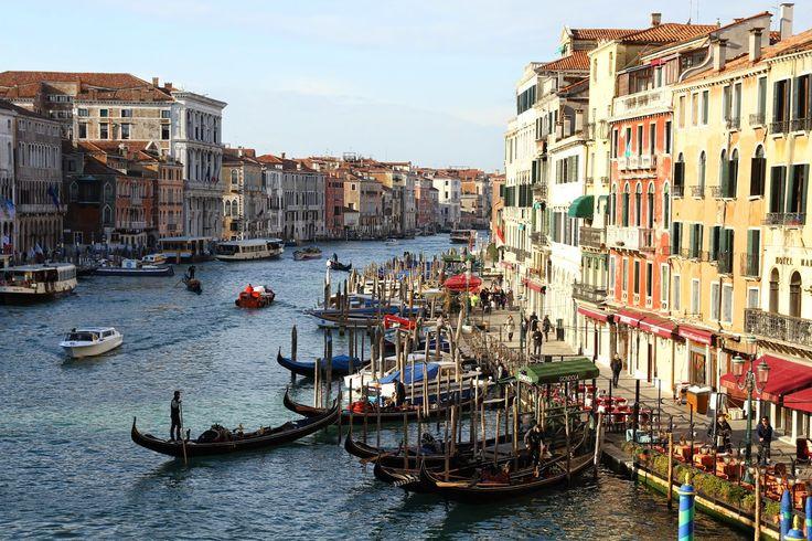 A auto-estrada das vias de comunicação de Veneza é o Grande Canal, conhecido pelos venezianos como o Canalazzo, o maior dos 177 canais que fluem através da cidade. Tem cerca de 4 km de comprimento, 30 a 70 m de largura e uma profundidade média de 4,5 m. As suas margens estão semeadas de palácios …