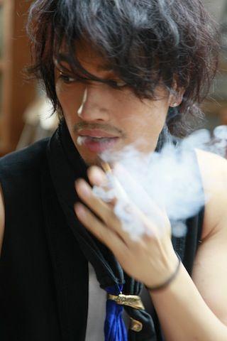 タバコを吸う斎藤工