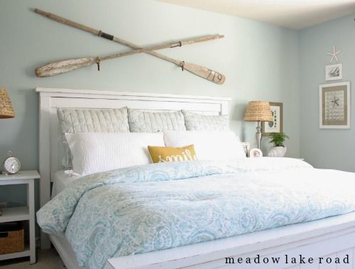 Crossed Oars Wall Decor Above Bed... http://www.completely-coastal.com/2016/09/above-the-bed-wall-decor-ideas.html