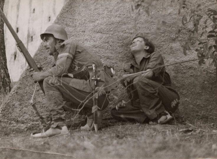 Gerda Taro con un soldado en el frente de cordoba   por Robert Capa