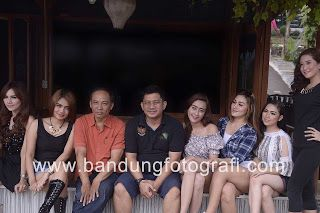 Dosen dan senior fotografi Indonesia berfoto bersama model Bandung di kafe Detuik bandung #detuik #detuikcafe #bandungfotografi #jasafotobandung