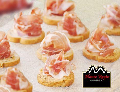 Hoy tenemos el aperitivo perfecto: mini canapés con jamón ibérico #MonteRegio ¡irresistible!