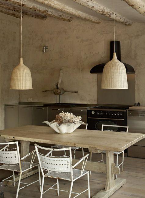cocina rústica, muebles acero inoxidable, suelo de parquet, techo de vigas vistas de madera #home